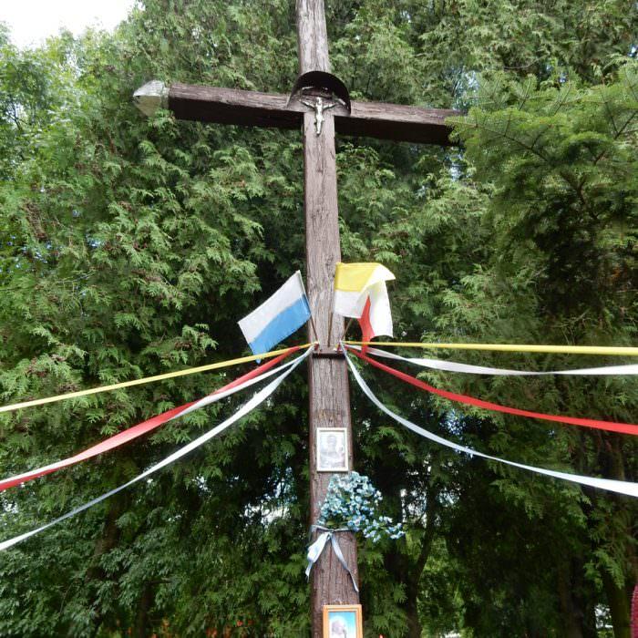 Stary krzyż przydrożny