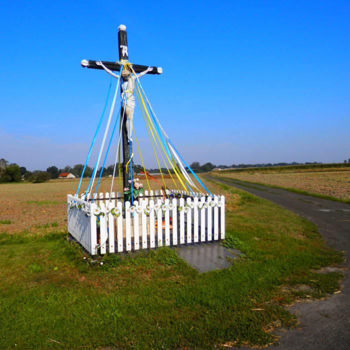 Krzyż przy drodze naStryków