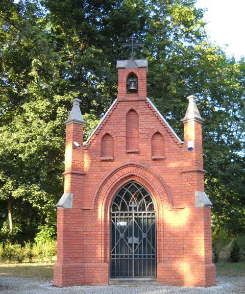 Ceglana kaplica wKnurowie