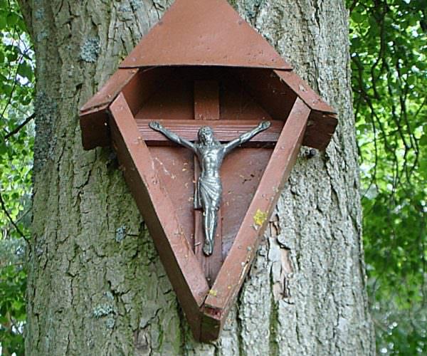 Kapliczka przy leśnym dukcie