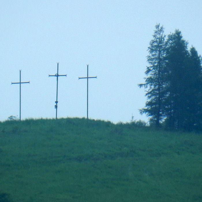 Trzy krzyże nadNowym Żmigrodem