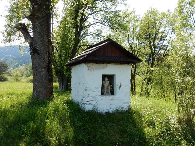 Kapliczka przy drodze zRegietowa